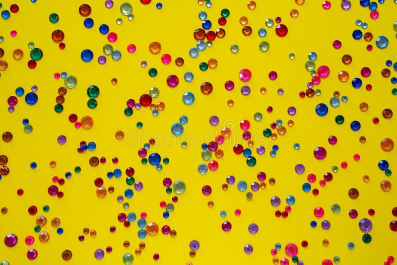 cristalli Strasses di cristallo su un fondo giallo astratto Bei cristalli di rocca d'argento scintillanti brillanti Gioielli, cri fotografia stock
