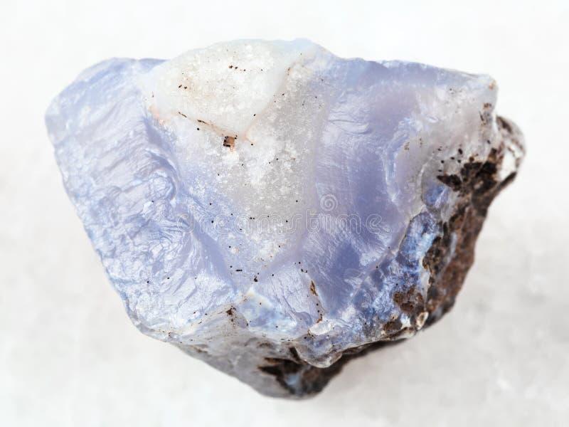 cristallo crudo della pietra preziosa blu del Chalcedony su bianco immagini stock