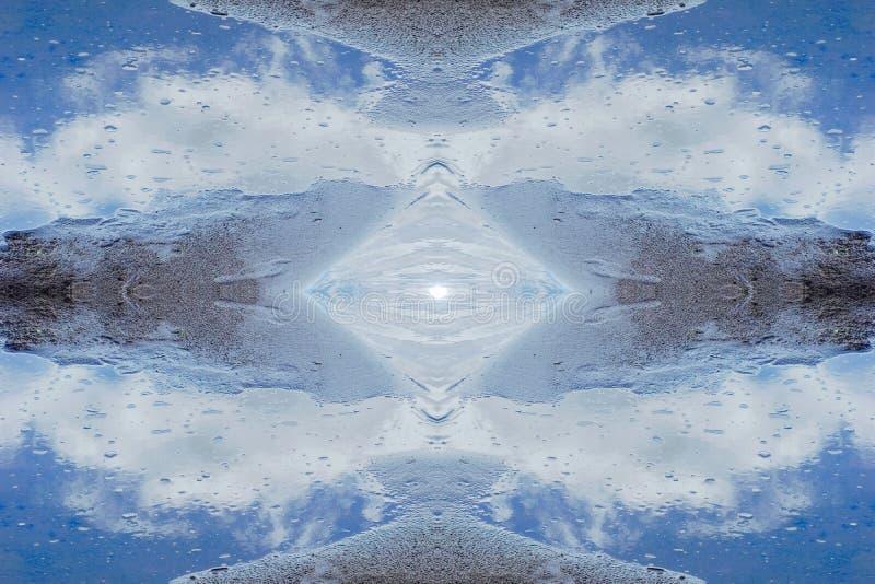 cristallo dell'acqua le nuvole della sabbia del fiume sono riflesse nell'acqua concentrata fotografia stock