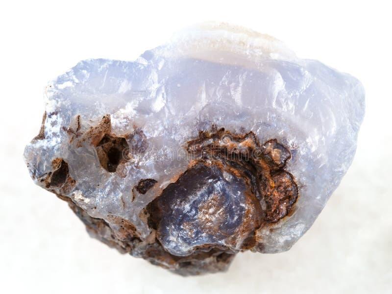 cristallo ruvido della pietra preziosa blu del Chalcedony su bianco fotografia stock libera da diritti