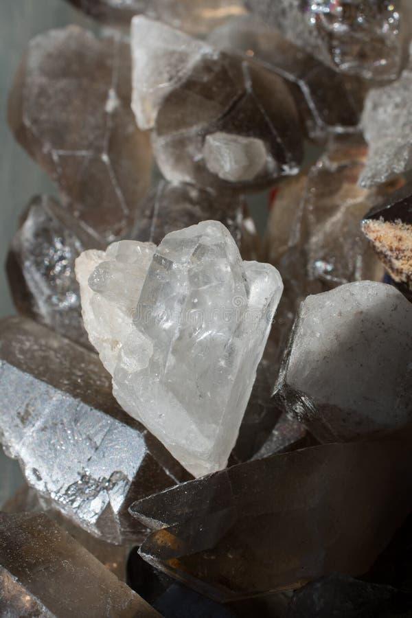Cristallo ruvido della pietra preziosa del quarzo fumoso immagini stock