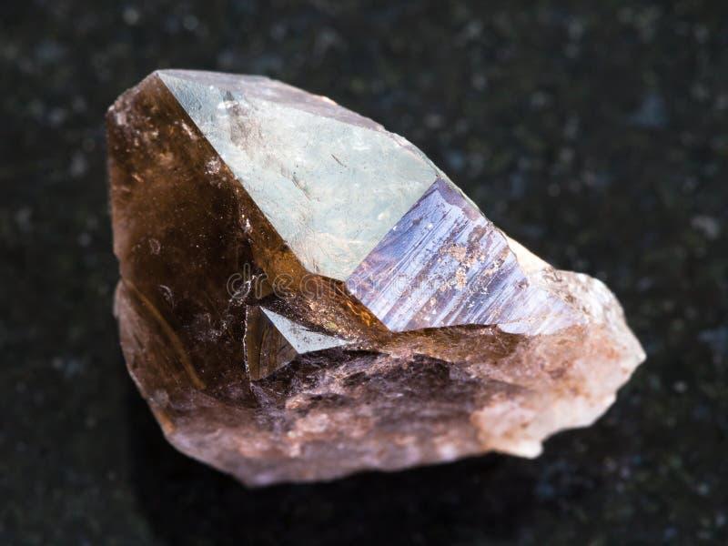 cristallo ruvido della pietra preziosa del quarzo fumoso su buio fotografia stock libera da diritti
