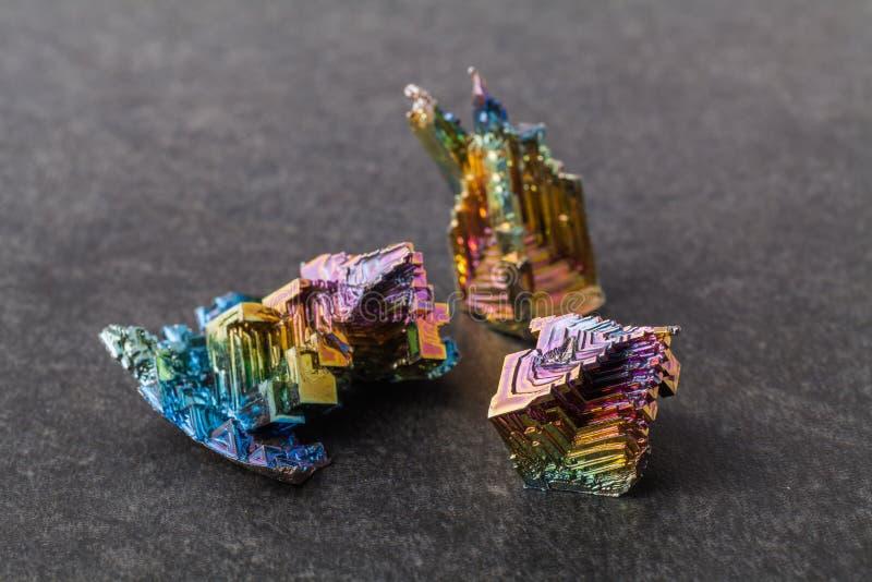 Cristaux de bismuth sur un fond foncé C'est l'élément le plus fortement diamagnétique et également le plus lourd qui n'est pas ra photographie stock libre de droits