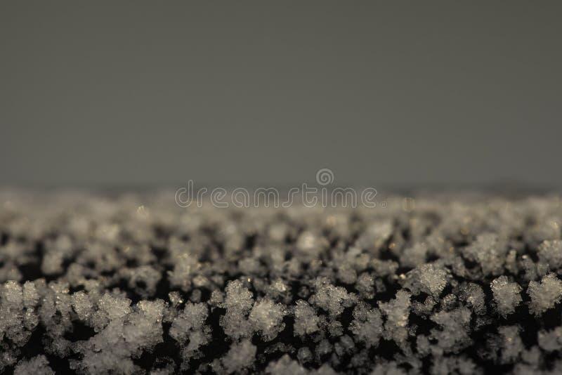 Cristaux de gel sur un plan rapproché de surface de fonte photo libre de droits