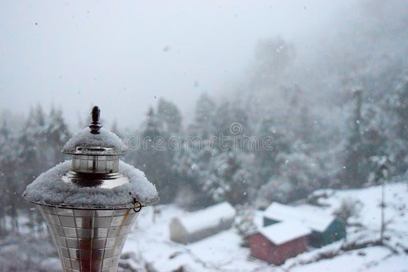 Cristaux de neige au-dessus de lampe d'or avec l'automne actuel de neige - particules de neige en air photos stock