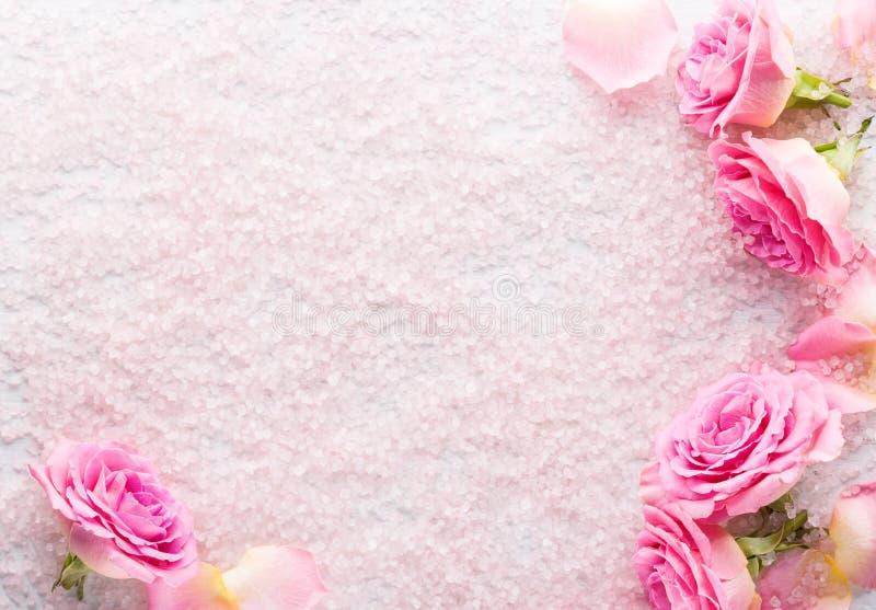 Cristaux de sel de station thermale et roses roses Configuration plate photographie stock