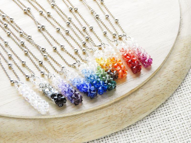 Cristaux pendants dans des couleurs d'arc-en-ciel photo stock