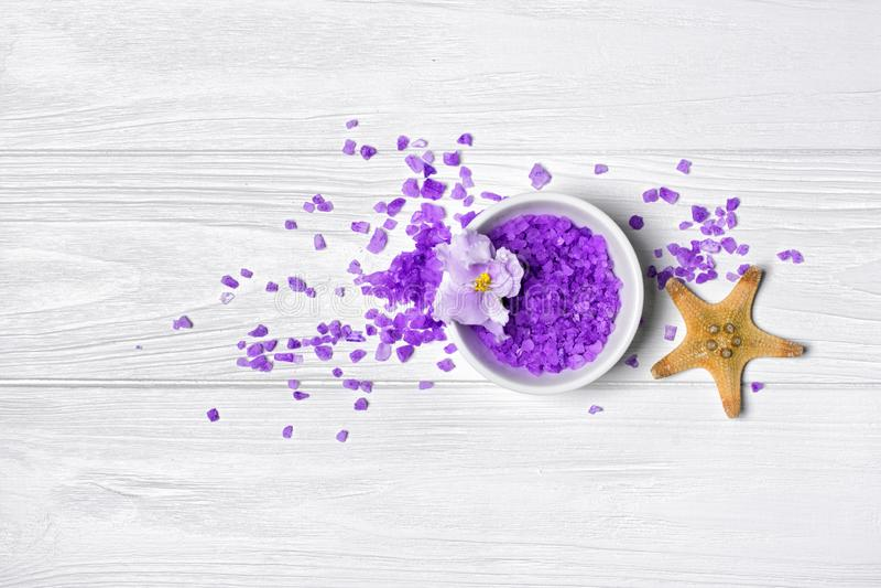 Cristaux pourpres assaisonn?s de sel de mer avec la fleur et les ?toiles de mer violettes sur le blanc photographie stock libre de droits