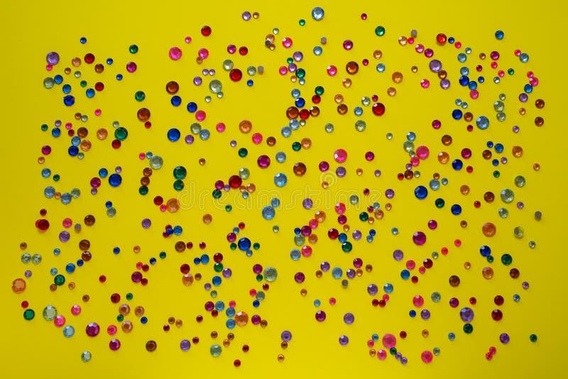 cristaux Strasses en cristal sur un fond jaune abstrait Belles fausses pierres argentées de scintillement brillantes Bijoux, faus photographie stock libre de droits