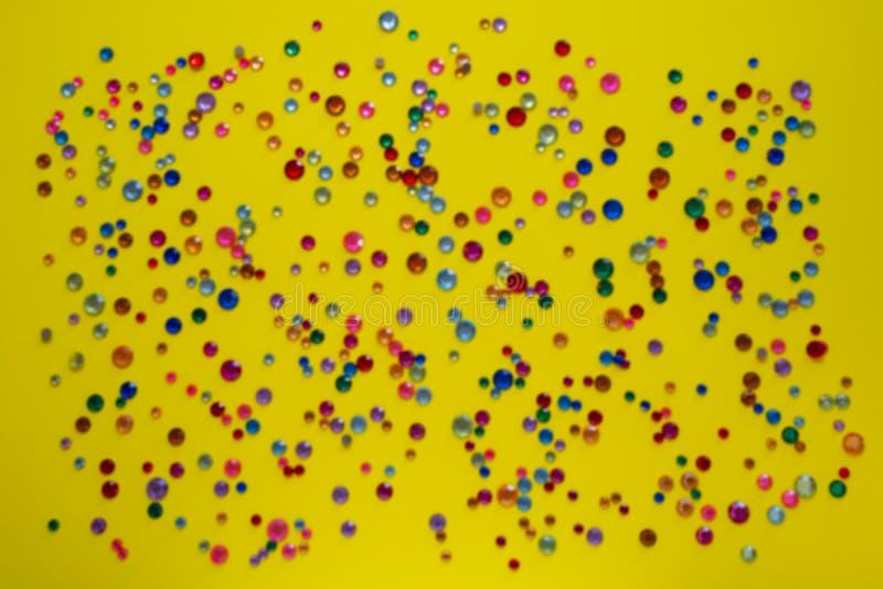 cristaux Strasses en cristal sur un fond jaune brouillé par résumé Belles fausses pierres argentées de scintillement brillantes B photo libre de droits