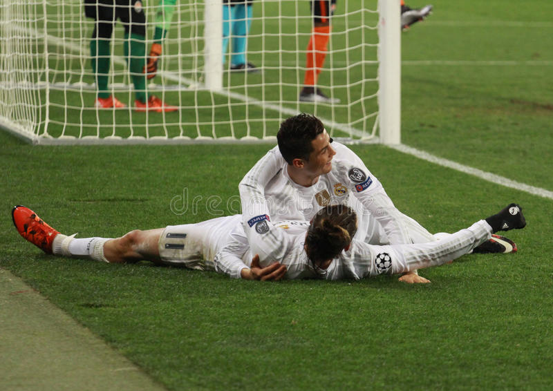 Cristiano Ronaldo en Gareth Bale vieren het vierde doel stock foto