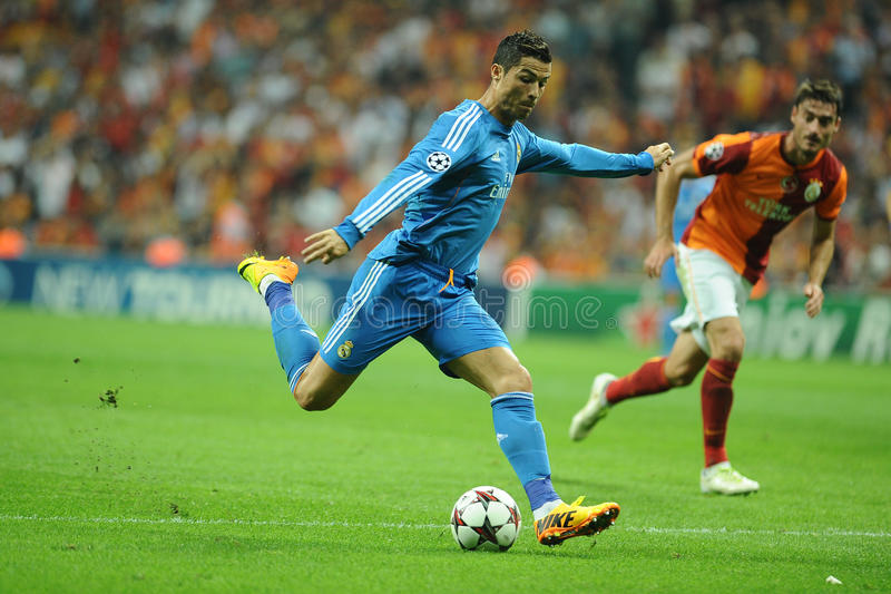 Cristiano Ronaldo kopnięcie piłka zdjęcie royalty free