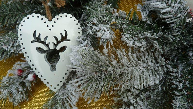 Cristmas-Baumast mit Schnee und weißer Hirschdekoration stockbild