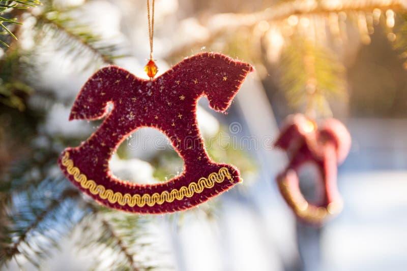 Cristmas drzewo w lesie z czerwoną złocistą handmade dekoracją zdjęcie stock