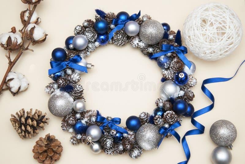 Cristmas krans med granfilialer, blått och silverjordklot eller bollar Pinecones och bomullsblommor fotografering för bildbyråer
