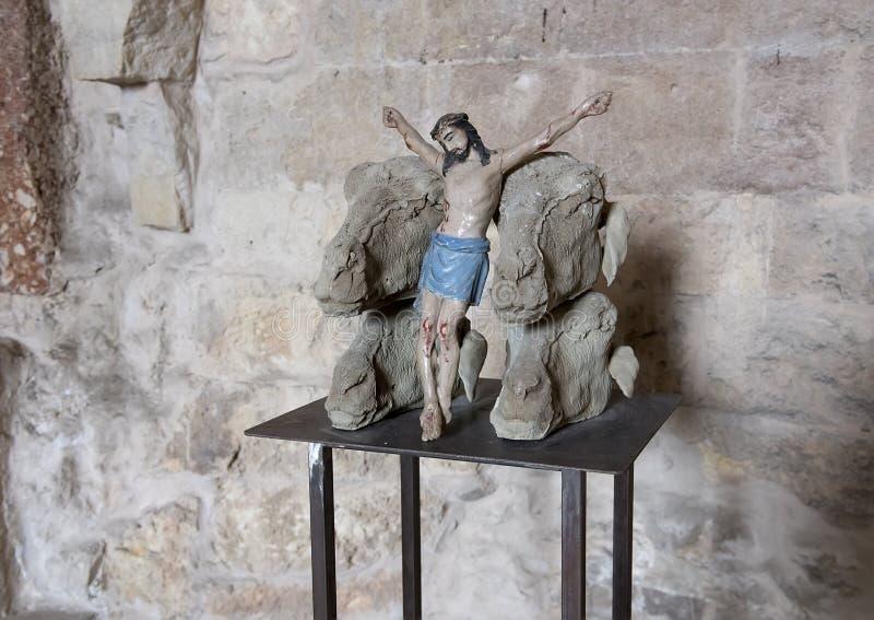 Cristo crucificado entre los corderos dirige por Nino Longobardi en un cuarto de Castel Del Monte imagenes de archivo