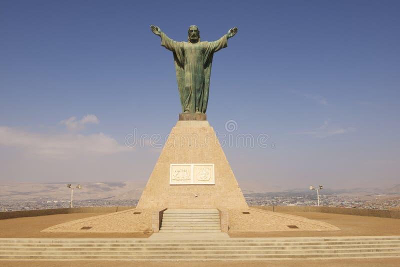 Cristo del monumento de la paz, llevando los escudos de armas peruanos y chilenos en la colina del EL Morro en Arica, Chile imagenes de archivo