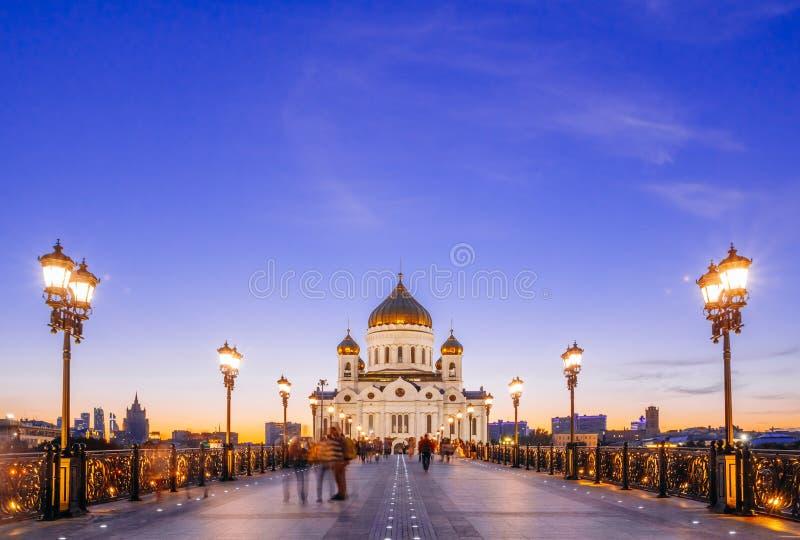 Cristo la catedral del salvador en Moscú contra el cielo azul en th foto de archivo