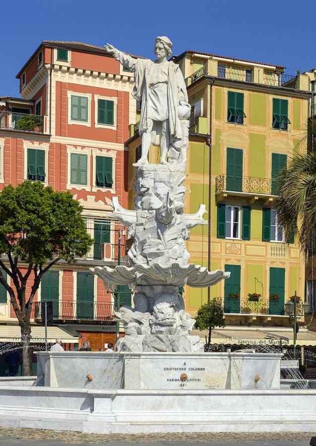Cristoforo Columbo白色大理石象在一个喷泉的在散步在圣马尔盖里塔利古雷,意大利 库存图片