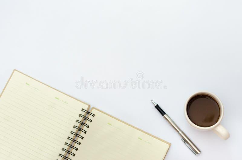 Criticar severamente o espaço da configuração no espaço da área da mesa incorporam o texto copos de café do modelo, papel de nota imagem de stock royalty free