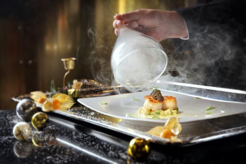 Critique las conchas de peregrino chamuscadas del buceador con gnocchi ahumado y Oscietr de la patata fotografía de archivo libre de regalías