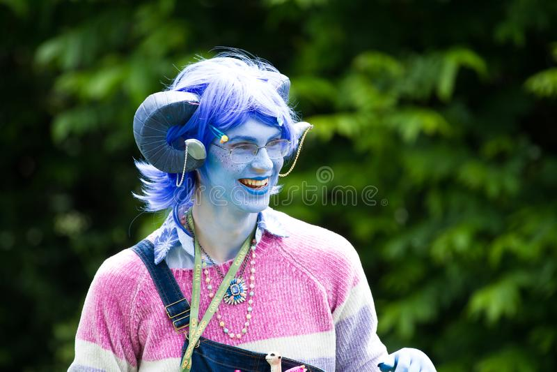 Critter Cosplayer em maquiagem azul imagem de stock