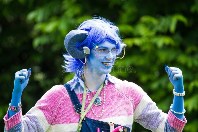 Critter Cosplayer Male em maquiagem azul imagens de stock royalty free