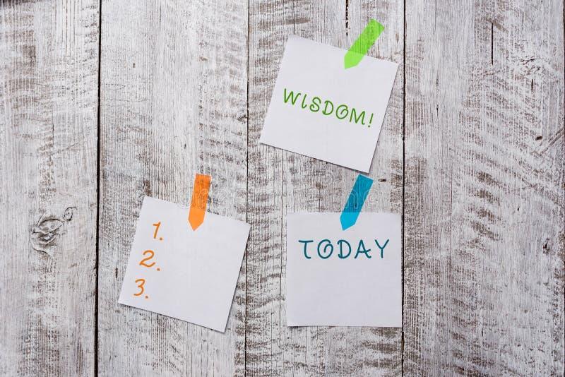 ?criture conceptuelle de main montrant la sagesse Qualit? des textes de photo d'affaires ayant la connaissance d'exp?rience et le images stock