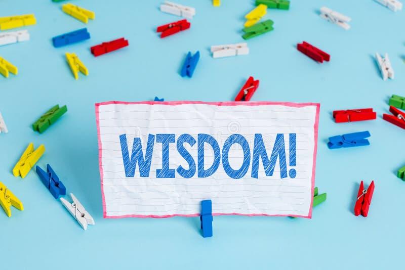 ?criture conceptuelle de main montrant la sagesse Qualit? des textes de photo d'affaires ayant la connaissance d'exp?rience et le photos stock