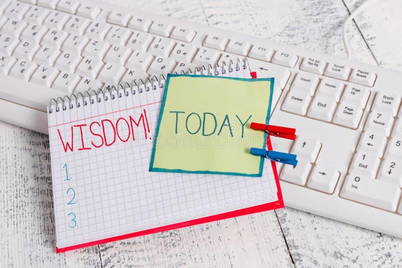 ?criture conceptuelle de main montrant la sagesse Qualit? des textes de photo d'affaires ayant la connaissance d'exp?rience et le photographie stock