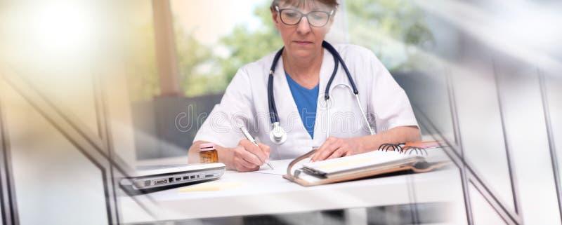 ?criture de prescription femelle de docteur Exposition multiple photo libre de droits