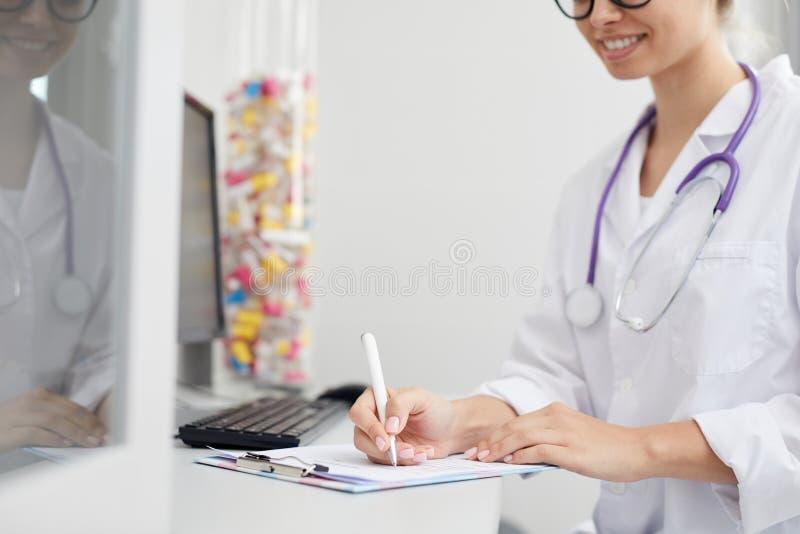 ?criture femelle de docteur sur la planchette photographie stock