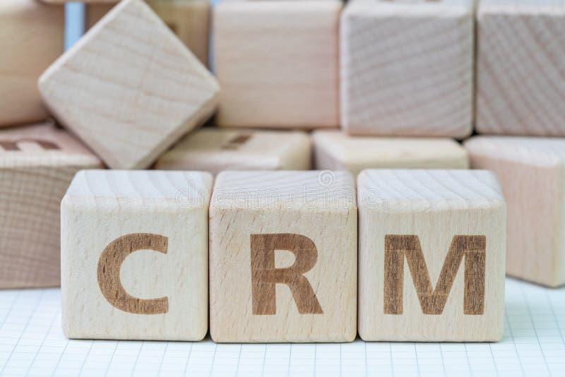 CRM, concepto de la gestión de la relación del cliente, cubica el bloque de madera fotos de archivo libres de regalías