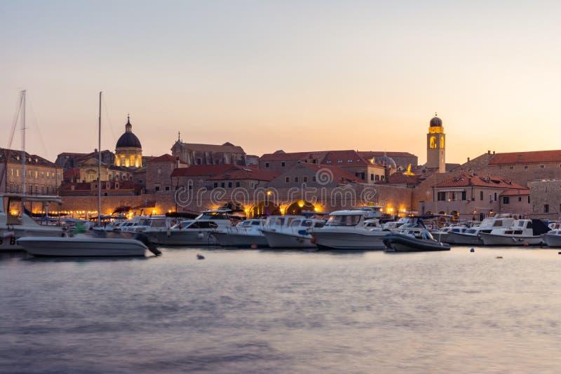 Croácia de Dubrovnik durante a opinião do por do sol sobre a arquitetura da cidade velha Bea da cidade foto de stock