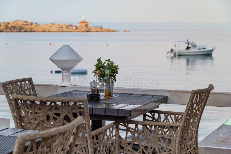 Croácia do ajuste da tabela do restaurante da praia fotografia de stock royalty free