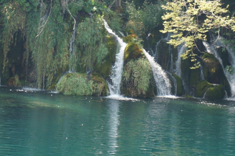 Croácia dos lagos Plitvice do parque nacional - cachoeira bonita splitted fotos de stock