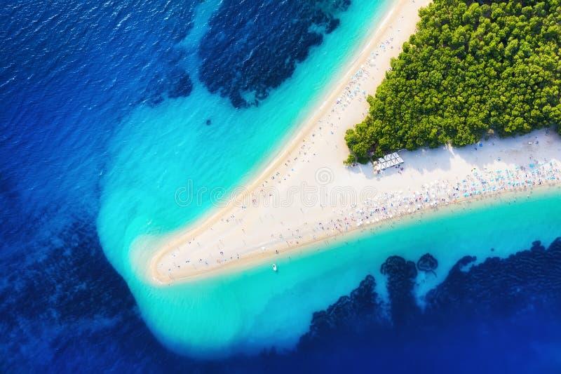 Croácia, ilha de Hvar, Bol Vista aérea panorâmico no rato de Zlatni Praia e mar do ar Lugar famoso na Croácia Seasca do verão fotos de stock royalty free