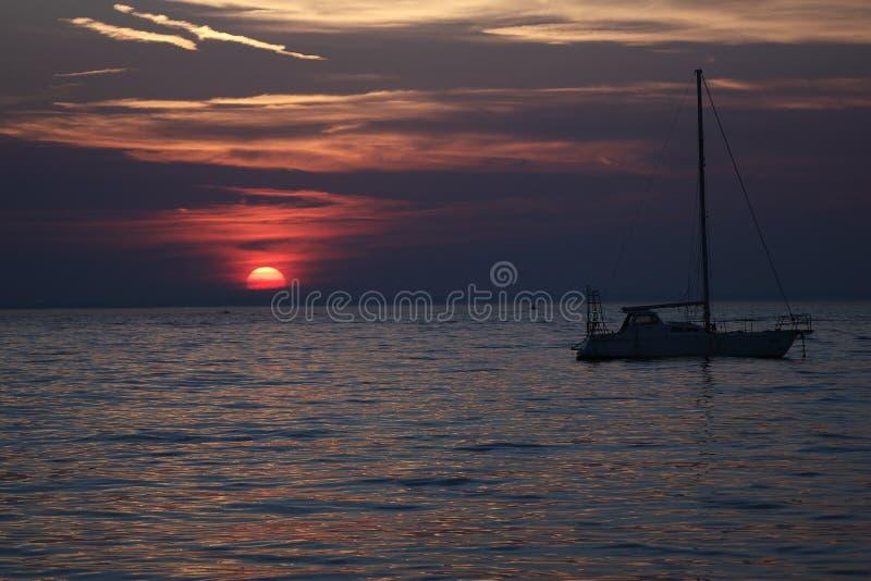 Croácia - por do sol no mar de adriático visto na cidade de Novalja na ilha do Pag imagem de stock