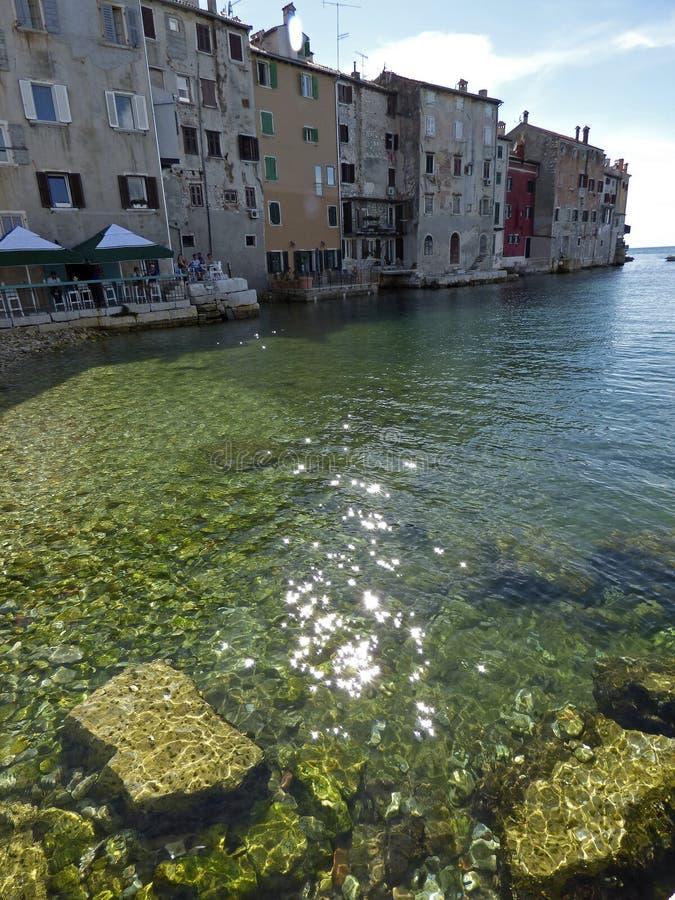 Croácia, Porec, negligenciando a cidade e o porto imagens de stock