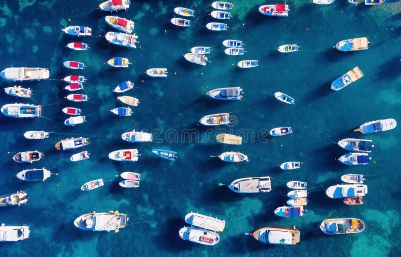 Cro?cia Barcos na superf?cie da ?gua da vista superior Fundo da ?gua de turquesa da vista superior Seascape do verão com os barco imagens de stock