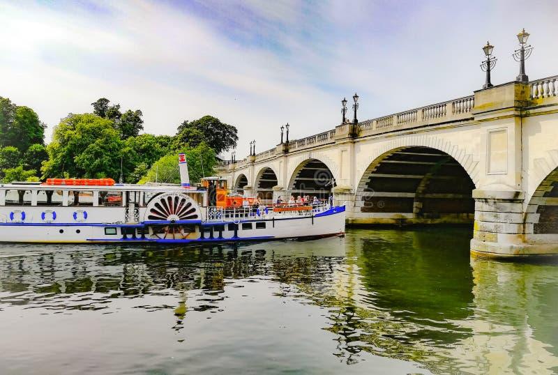 CRO (coordinadora) Kingston Bridge del barco turístico foto de archivo