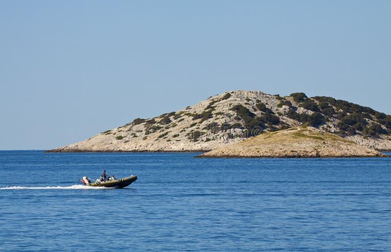 Croacia, barco de motor en Kornati imagen de archivo