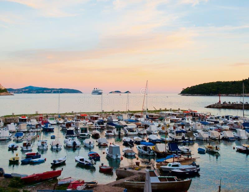Croacia Dubrovnik, puesta del sol sobre puerto de la ciudad fotografía de archivo libre de regalías