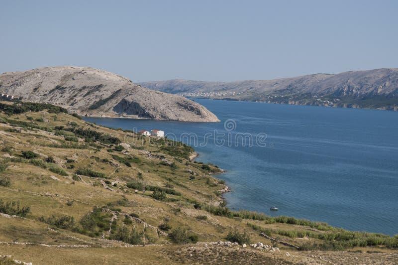 Croacia, isla del Pag, fiordo, isla de Pag, Europa, navegación, naturaleza, paisaje, mar Mediterráneo, verano, viaje en el camino fotos de archivo