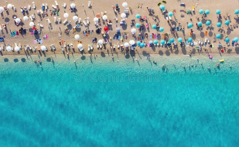 Croacia. Opini?n a?rea sobre la playa. Paisaje panor?mico. Agua de la playa y de la turquesa. Vista superior desde el drone en la  imágenes de archivo libres de regalías