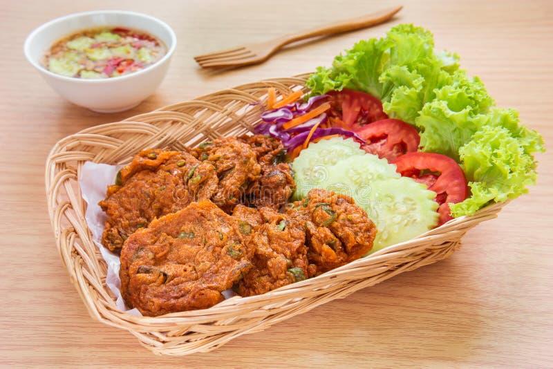 Crocchetta di pesce e merce nel carrello fritte delle verdure, alimento tailandese fotografie stock libere da diritti