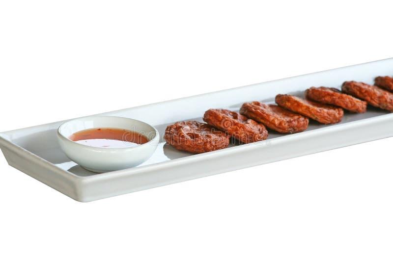 Crocchetta di pesce speciale con la salsa di peperoncini rossi sul piatto bianco fotografie stock libere da diritti