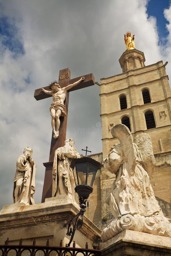 Croce al palazzo dei papi. immagini stock libere da diritti