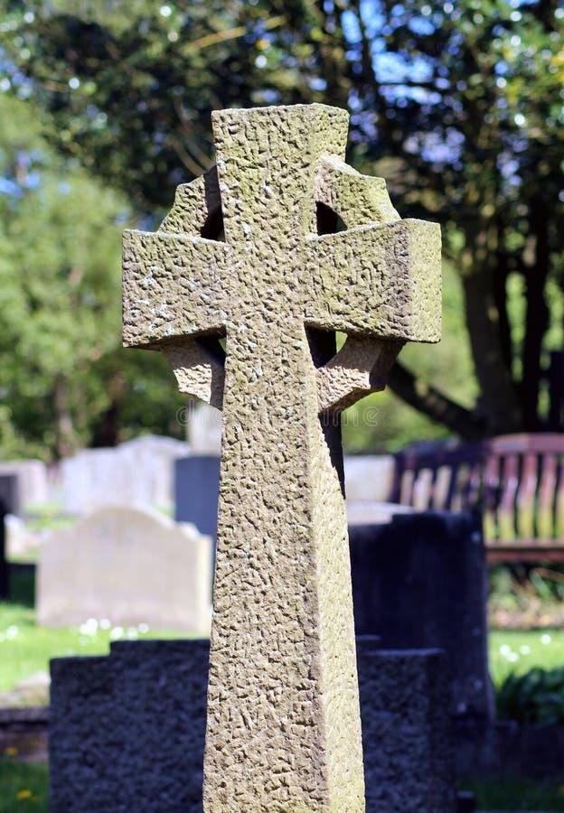 Croce celtica in cimitero immagini stock