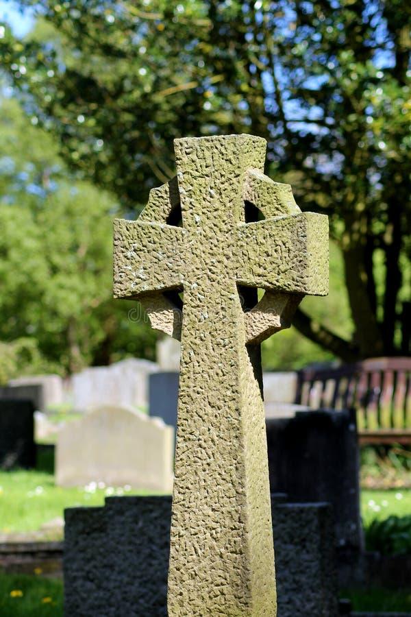 Croce celtica in un cimitero immagine stock